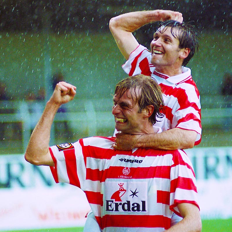Fussball Bundesliga, Mainz 05 , Spieler Jürgen Klopp jubelt im Regen