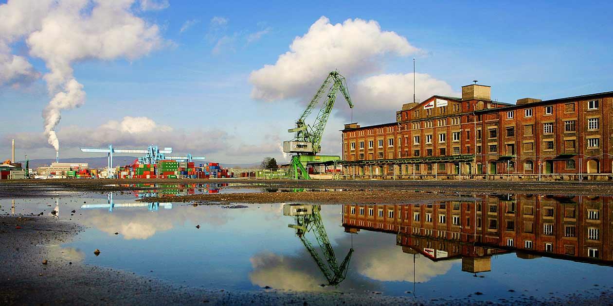 Mainz, Am Zollhafen, historischer Kran und altes Weinlager, Foto: Bernd Eßling, Bildjournalist, Fotograf